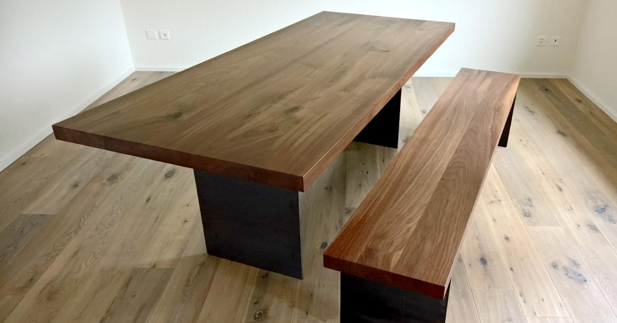 Moderner Nussbaumtisch mit Stahlfuss