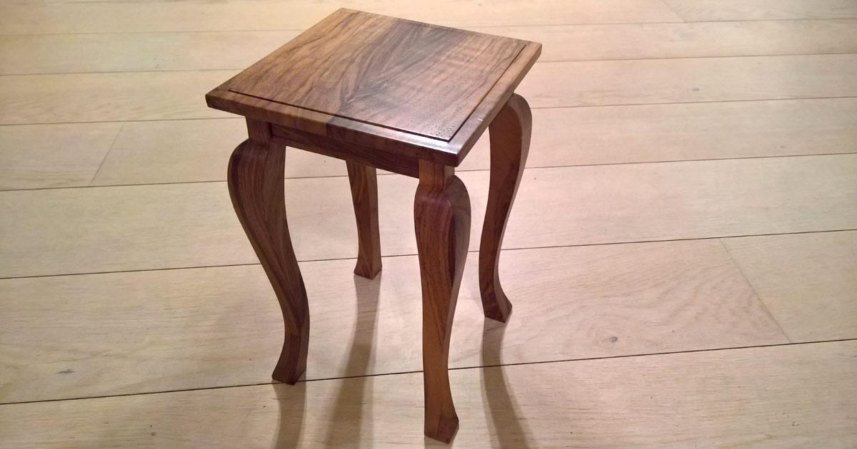 Modern interpertierter Barockstuhl aus Nussbaumholz